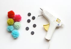 Pom-Pom Magnets and Pushpins with DIY pom-poms to use up scrap yarn -- omg, this is so flipping awesome!  Who doesn't need more pom-poms in their life??