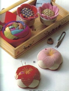 Pin cushions tutorial lots of ideas. Felt Crafts, Fabric Crafts, Sewing Crafts, Sewing Projects, Diy Crafts, Sewing Box, Sewing Notions, Sewing Kits, Club Couture