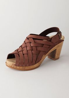 Huarache Woven Clog outdoor wicker is a favorite of ours! Pretty Shoes, Beautiful Shoes, Cute Shoes, Me Too Shoes, Sock Shoes, Shoe Boots, Shoes Sandals, Shoe Bag, All About Shoes