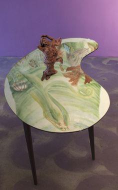"""Tavolo-scultura con sirena in ceramica che si specchia nel """"lago"""" dello specchio"""