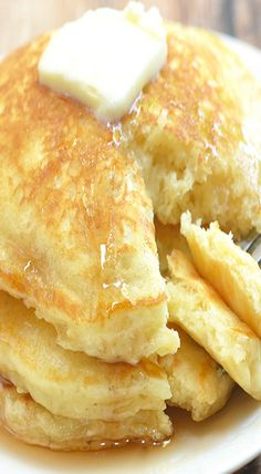 Plump and pillowy, these IHOP pancakes copycat are just as tasty and delicious as what you'd find in the restaurant yet cost a fraction of the price. The recipe can easily to doubled to feed a large crowd or large appetites. What's For Breakfast, Breakfast Pancakes, Breakfast Dishes, Breakfast Recipes, Ihop Pancake Recipe Copycat, I Hop Pancake Recipe, Pancake Recipes, Copycat Recipes, Pancake Healthy