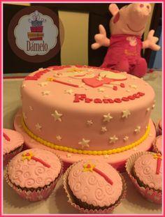 Torta sabor naranja, forrada y decorada con masa fondant. Cupcakes decoradas con masa fondant. #tortapeppapig, #cupcakespeppapig, #tortahadadelosdientes, #hadadelosdientes