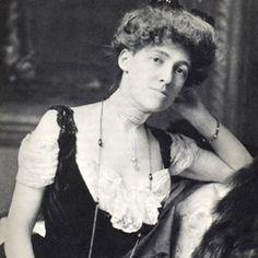 Edith Warthon (Nueva York 1862- Saint-Brice-sous-Forêt, Francia, 1937). Genial escritora que llevó el uso de la ironía a la categoría de arte y criticó inteligentemente a la alta sociedad neoyorquina.  Su obra más conocida es La edad de la inocencia (The Age of Innocence) de 1920, que ganó el premio Pulitzer en 1921.
