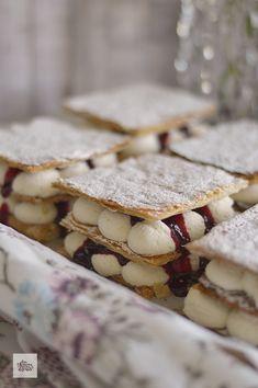 Si hay un pastel que me traslada a la infancia, es el milhojas. De merengue, crema..., y hoy de mascarpone. ¡Y es una receta muy fácil! Deli, Tiramisu, Mousse, Cereal, Recipies, Food And Drink, Cookies, Breakfast, Desserts