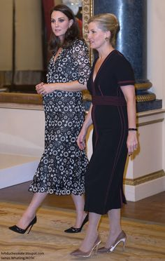 Vestido guipure Feb The Duchess of Cambridge and the Countess of Wessex hosted a reception at Buckingham Palace on behalf of the Queen during London Fashion Week to celebrate and showcase a new creative initiative - the Commonwealth Fashion Exchange. Duke William, Prince William And Kate, William Kate, Prince And Princess, Princess Kate, Princess Charlotte, Duchess Kate, Duke And Duchess, Duchess Of Cambridge
