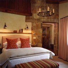 schlafzimmer landhausstil streifen blumenmuster frische gardinen