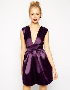 Pin for Later: Eine Hochzeit im Herbst?! 20 Kleider, die das Dilemma eines jeden Hochzeitsgasts lösen  ASOS tief ausgeschnittenes Cocktailkleid in Farbe Aubergine (ursprünglich 67 €, jetzt 27 €)