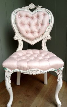Shabby Chic pretty in pink heart chair. I love their stuff! Shabby Chic pretty in pink heart chair. I love their stuff! Shabby Chic Mode, Shabby Chic Chairs, Shabby Chic Pink, Shabby Chic Bedrooms, Shabby Chic Kitchen, Shabby Vintage, Shabby Chic Furniture, Shabby Chic Decor, Pink Vintage Bedroom