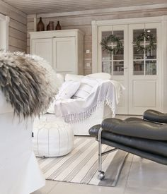 hirsitalo olohuone, livingroom, log home, scandinavian interior, pariovet, vintage leather chair, retro leather chair,