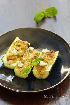 Stuffed zucchini with onions and gorgonzola