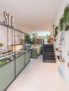 Met twee vestigingen in Amsterdam is sla een hardlopend en vernieuwend concept dat helemaal in het teken staat van gezonde salades, sappen, soepen en snacks. Gemaakt van pure ingrediënten zonder kunstmatige toevoegingen. Lekker voor de lunch maar ook gemakkelijk voor onderweg. Ceintuurbaan 149 / Westerstraat 34, Amsterdam