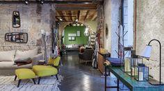 La marque de décoration installe son esthétique sensible et sophistiquée dans le quartier de Bellecour, à Lyon. Composé de trois univers dédié au salon, chambre et salle à manger, l'espace de 150 mètres carrés sublime le caractère ancien de ses murs