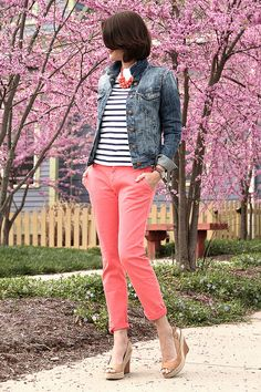 love the coral pants my style kıyafet. Coral Pants Outfit, Coral Jeans, Coral Shorts, Cute Spring Outfits, Cute Outfits, Salmon Pants, Mint Pants, Bright Pants, Orange Pants