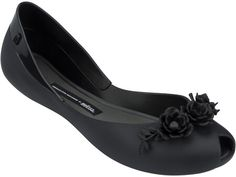 This comfortable flat gets delicate roses in five colors, three in solid colors green, black and beige , two with duo pink and black. Romantic as usual!