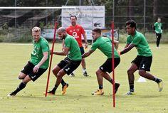 Plezier tijdens de training van Feyenoord tijdens het estafettespel.