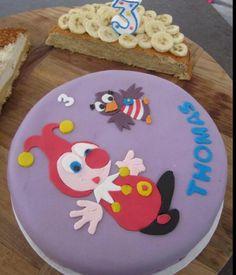 Judith Robbe maakte deze prachtige Jokie en Jet taart voor Thomas. Judith, Cake Decorating, Decorative Plates, Birthday Cake, Cupcakes, Tableware, Holland, Desserts, Decorations