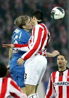 Piłkarze całują się podczas walki o piłkę • Śmieszne fotki • Ślimak zawodników w trakcie meczu piłkarskiego • Wejdź i zobacz więcej >>