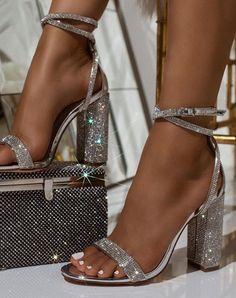 Más de 20 zapatos de baile para usar al salir de casa - Zapatos de fiesta para usar cuando salgas a casa. High Heels Boots, Red High Heels, Shoe Boots, Shoes Heels, Heeled Sandals, Silver High Heels, Sandals Outfit, Aqua Heels, Silver Sparkly Heels