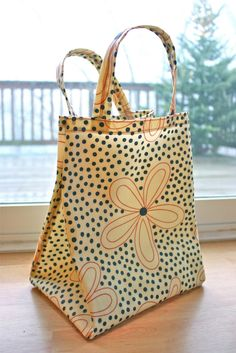 Zaaberry: Oilcloth Lunch Tote Tutorial