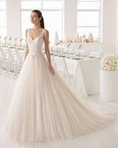 Vestido de novia estilo línea A en tul y guipur con escote V y espalda escotada en color rosé y en natural.