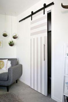 Puerta corredera gris pintada a rayas #moderna