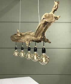 Special lighting of natural old oak wood. Farmhouse Lighting, Rustic Lighting, Home Lighting, Diy Home Bar, Diy Home Decor, Driftwood Chandelier, Wooden Pallet Furniture, Wood Lamps, Vintage Lamps