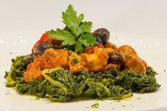 Bocconcini di pollo alla cacciatora con olive nere e spinaci saltati all'aglio Wine Bar, Aglio, Olive, Tandoori Chicken, Ethnic Recipes, Food, Rook, Essen, Meals