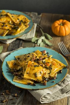 Pumpkin ravioli - that's what top chef Lea Linster cooks on Halloween. Delicious with the pumpkin ravioli: sage butter and sliced parmesan. Pumpkin ravioli: so autumnal! Josefine Rietschle josefinerietsch Kochen Pumpkin ravioli - that's w Potato Recipes, Lunch Recipes, Vegetarian Recipes, Dinner Recipes, Gnocchi Recipes, Seafood Recipes, Mantu Recipe, Pumpkin Ravioli, Pumpkin Pumpkin