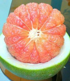Who can cut this pomelo like this???   From www.vietnamesefood.com.vn