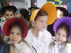"""Képgaléria 2011. Elkészültek a korhű kalapok a Praktikából...  -Uraim! Elő a világmegváltó tervekkel!  A képeken fellelhető Andris és """"A T..."""