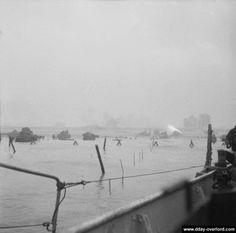 06/06/1944 - 07:20 - Sword Beach: débarquement des chars fléaux du 22nd Dragoons et du 13th/18th Royal Hussars transportés à bord de dix Landing Craft Tank (LCT).