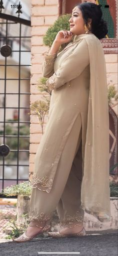 Bridal Suits Punjabi, Punjabi Suits Party Wear, Party Wear Indian Dresses, Designer Party Wear Dresses, Pakistani Dresses Casual, Dress Indian Style, Pakistani Dress Design, New Punjabi Suit, Latest Punjabi Suits