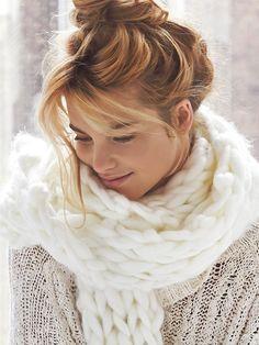 Chignon haut flou + écharpe blanche ultra cosy = le bon mix