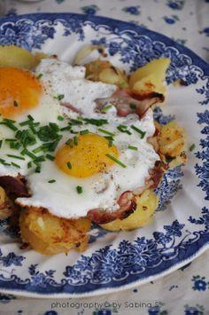 """""""Spiegeleier"""" uova al tegamino con speck e patate ...-Alto Adige Egg Recipes, Wine Recipes, Great Recipes, Healthy Recipes, Breakfast Time, Breakfast Recipes, Confort Food, Brunch, Good Food"""