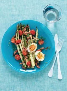 Recept voor gegrilde groene asperges met spekjes, tomaat en ei Vegetables, Gluten, Food, Asparagus, Tomatoes, Essen, Vegetable Recipes, Meals, Yemek