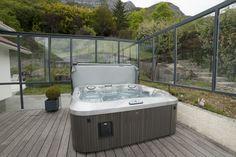 Un spa de la gamme J-300™ installé sur une terrasse en bois