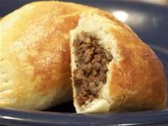 Chilean Empanadas I grew up next to a woman from chile. She would make great empanadas! This recipe is very close to hers! Very tasty and different! This is an easy recipe in that it uses refrigerated biscuits instead of a homemade dough. Pie Recipes, Mexican Food Recipes, Great Recipes, Cooking Recipes, Favorite Recipes, Beef Empanadas, Empanadas Recipe, Latin American Food, Latin Food