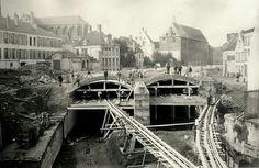 """""""Een tweede belangrijke ingreep in de wijk was het uitvoeren van het Zollikofer-De Vigneplan (1883) waarbij de Vlaanderenstraat getrokken werd als rechte verbinding tussen het Zuidstation en het stadcentrum. De Nederschelde werd gedeeltelijk overwelfd tussen de Brabantdam en het Geeraard de Duivelsteen en het Professor François Laurentplein gecreëerd."""""""