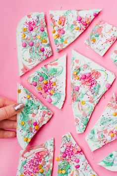 DIY Chocolate Candy Bark inspired by Katherine Sabbaths Unicorn Chocolate. Christmas Cookie Exchange, Christmas Candy, Christmas Diy, Xmas, White Chocolate Bark, Chocolate Diy, Chocolate Desserts, Candy Melts, Food Styling