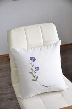 Cushion Embroidery, Hand Embroidery Flowers, Flower Embroidery Designs, Sewing Stitches, Embroidery Stitches, Embroidery Patterns, Sewing Pillows, Diy Pillows, Traditional Cushions