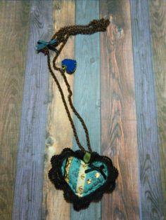 Bonito collar en forma de corazón.  Beautiful heart.