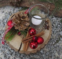 Christmas advent wood arrangement tealight on wooden disc red nature Christmas Candle, Christmas Makes, Christmas Wood, Christmas Lights, Christmas Wreaths, Christmas Crafts, Christmas Arrangements, Christmas Centerpieces, Centerpiece Decorations