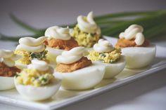 Jajka faszerowane na dwa sposoby – ze szczypiorkiem oraz suszonymi pomidorami | Kuchnia Bazylii