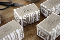 HUMUNUKU SOAP PACKAGING Based in New York, Humunuku is run by husband and wife, Alana & Cisco. Their boutique style print studio was founded back in 2008 and specialises in screen printed goods and textiles. Like the prints on these bars of soap which are so elegantly done. It's really simple but has such impact. Almost like an African tribal print no?