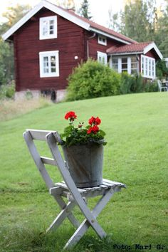 love this, missing sweden! Swedish Cottage, Red Cottage, Cozy Cottage, Swedish House, Red Houses, Red Geraniums, Timber House, Wooden House, Swedish Style