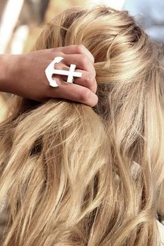 We Love: Rebecca White blonde wavy hair Hippie Style, My Style, Look Fashion, Fashion Beauty, White Fashion, Fashion Rings, Fashion Shoes, Girl Fashion, Anchor Rings