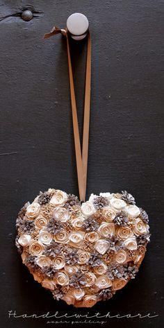 Cuscino porta fedi nuziali in paper quilling realizzato con rose e fiori di carta. Paper flower