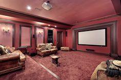 Große rosa Heimkino mit rustikalem Leder Stühle und Sofas