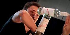 I Bartender dell'Accademia del Bar catalizzeranno l'attenzione del pubblico con performance di di flair acrobatico. #Bar #cocktail #Barman #Bartender #FoodAndPastry2015 http://www.foodandpastry.it/bar-tender