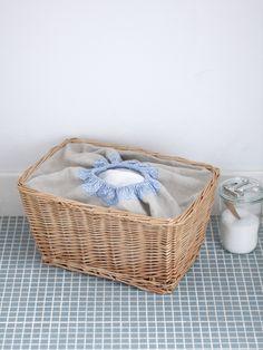 大きなカゴにゴム付きの口布を付ければ、ランドリーバッグになります。/布で楽しむおうち収納雑貨(「はんど&はあと」2012年3月号)